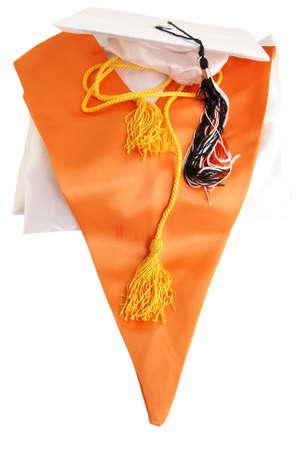 優等卒業まだ生命。白い卒業ガウンとキャップ、オレンジ色の栄誉を盗んだ、金名誉コード tassles と白の卒業キャップ タッセル