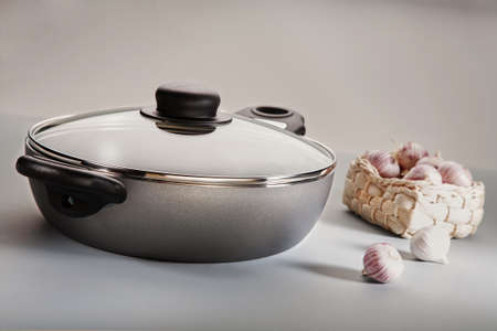 frying pan with garlic on a light background Stockfoto