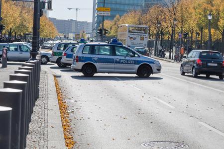 Police allemande, Polizei, les voitures bloquent une rue, Ebertstraße à Berlin. Berlin, Allemagne 10/10/2015 Éditoriale