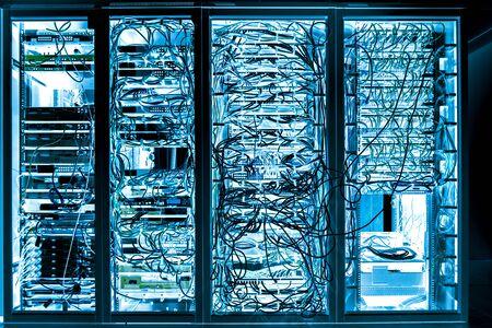 Serverruimte Internet-verbonden servers met multikabels en werkstations. Stockfoto
