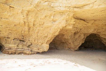 The sandstone cliffs at cupecoy beach on the beautiful island of St.Maarten/St.Martin 免版税图像
