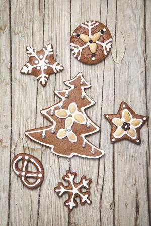Weihnachtlicher grauer Holz Hintergrund mit Lebkuchen Kekse Stock Photo