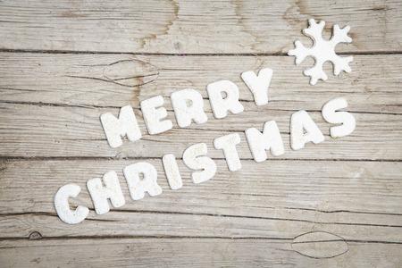 Weihnachtlicher grauer Holz Hintergrund mit Merry Christmas Buchstaben Stock Photo