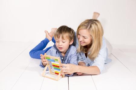mit: Mutter lernt mit Sohn rechnen Stock Photo