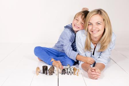 mit: Mutter und Junge mit Spielzeug Tieren Stock Photo