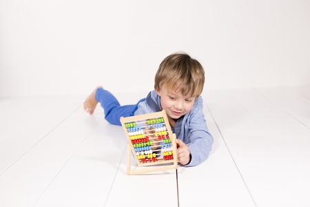 Junge mit Rechenmaschine Stock Photo