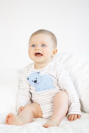 Hermoso Bebé En La Cama En El Fondo Blanco Fotos, Retratos, Imágenes ...