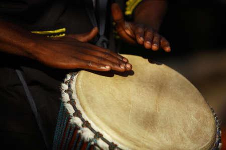 Afrikaanse traditionele drummer. Stockfoto