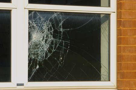 Crime scene - près d'une fenêtre cassée Banque d'images