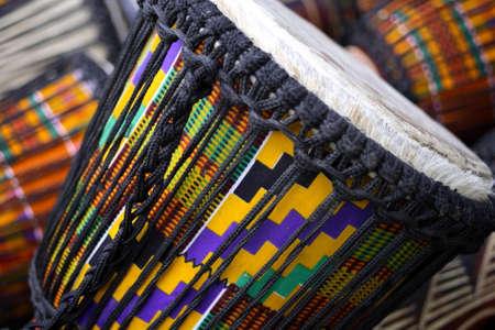 bailes latinos: Tambores africanos tradicionales. Foto de archivo