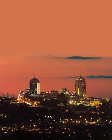 サントン スカイライン、南アフリカ共和国、ハウテン州、ヨハネスブルグの豊かな郊外。 報道画像
