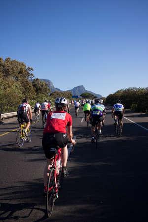 amateur: Ciudad del Cabo, Cabo Occidental, Sudáfrica - 08 de marzo 2015: los ciclistas aficionados que compiten en la Ciudad del Cabo Cycle Tour 2015.
