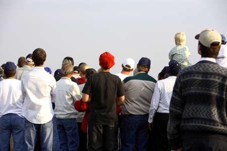 personas mirando: Una gran multitud de curiosos que miran? Foto de archivo