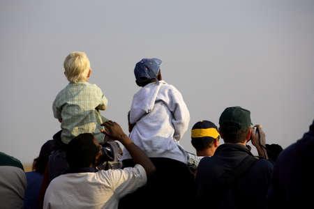 航空ショー: 見て興味津 々 の観客のグループか。 写真素材