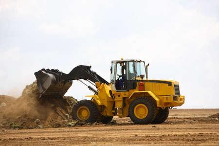 cargador frontal: Pala cargadora despejar un sitio de construcción Foto de archivo