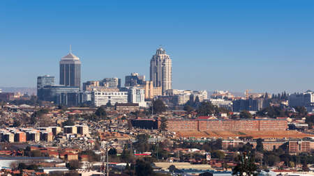 Sandton, Gauteng, Zuid-Afrika - 17 juli 2015: Cityscape zoek Northwest richting Sandton. Redactioneel