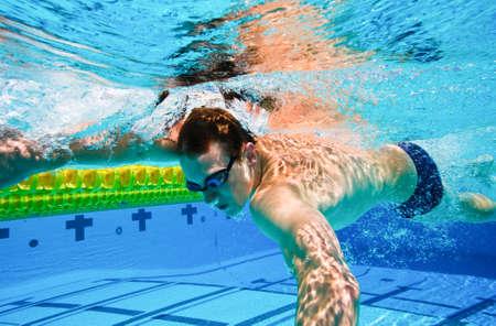 Zwemmer in het zwembad