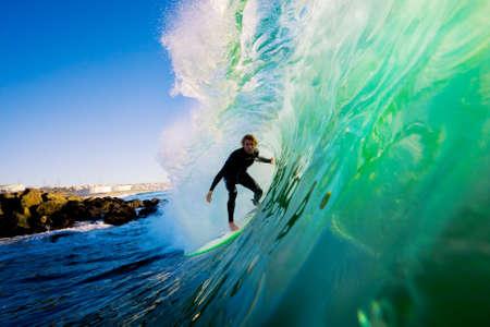 Surfer su Blue Ocean Wave