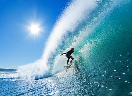 Surfista sobre Blue Ocean Wave Foto de archivo