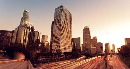 Los Angeles, Urban City bei Sonnenuntergang mit Freeway Trafic Standard-Bild