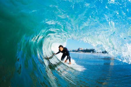 青い海の波のサーファー