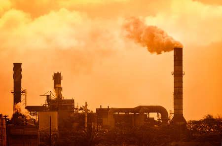 desechos toxicos: El humo del calentamiento global creciente de la fábrica