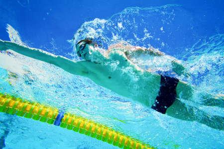 Swimmer in den Pool Unterwasser