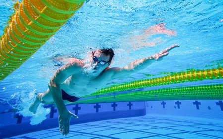 Schwimmer in den Pool Unterwasser Standard-Bild