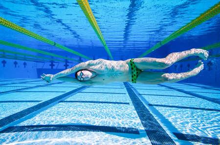 Zwemmer in het zwembad onder water
