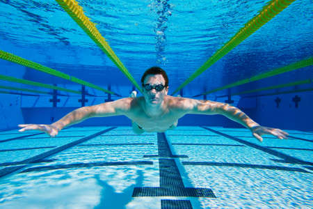 swim goggles: Nadador en la piscina bajo el agua Foto de archivo