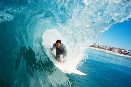 Surfer sur Blue Ocean Wave Banque d'images