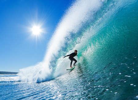 kockázatos: Surfer A Blue Ocean Wave Stock fotó