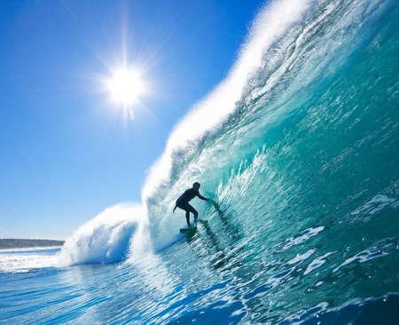 Surfer sur Blue Ocean Wave