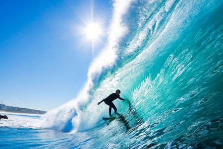 Surfer sur le bleu Ocean Wave Banque d'images