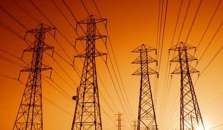 torres de alta tension: Eléctricas Líneas de Transmisión de Potencia en el Sunset