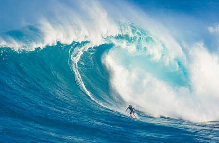 """granola: Maui, Hawai - 13 de marzo: surfista profesional Billy Kemper cabalga una ola gigante en el surf de olas grandes legendario romper conocido como """"Tibur�n"""" durante uno de los m�s grandes olas del invierno, 13 de marzo de 2011 en Maui, Hawai."""