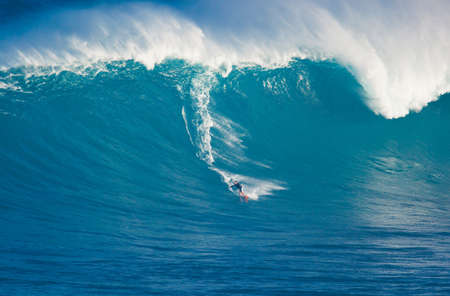 MAUI, HI - MARCH 13: Professional surfer Billy Kemper rides a giant wave at the legendary big wave surf break known as Jaws during one the largest swells of the winter March 13, 2011 in Maui, HI. Редакционное