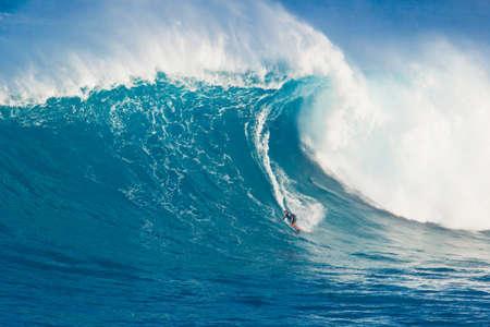 """MAUI, HI - 13 mars: Professionnel internaute Marcio Freire monte une vague géante à la grande vague de surf légendaire briser connu sous le nom """"Jaws"""" pendant une des plus grandes houles de l'hiver 13 mars 2011 à Maui, Hawaï. Banque d'images - 11906595"""