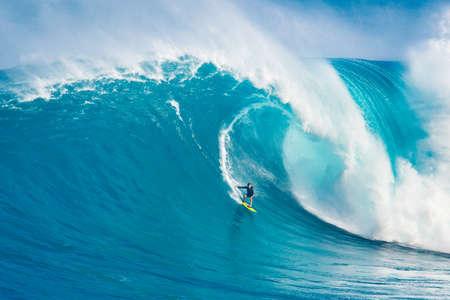 """MAUI, HALLO - 13. März: Profi-Surfer Carlos Burle reitet eine gigantische Welle im legendären Big Wave Surfen Sie Bruch """"Jaws"""" während einer der größten Wellen des Winters 13. März 2011 in Maui, HALLO."""