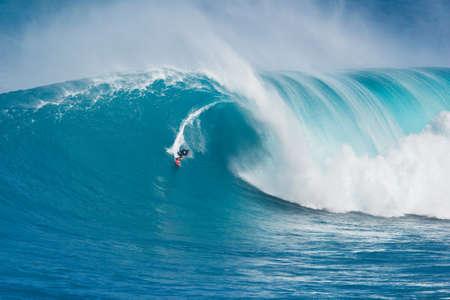 """MAUI, HI - 13 mars: surfeur professionnel Billy Kemper monte une vague géante à la grande vague de surf légendaire briser connu sous le nom """"Jaws"""" pendant une des plus grandes houles de l'hiver 13 mars 2011 à Maui, Hawaï. Banque d'images - 11906612"""