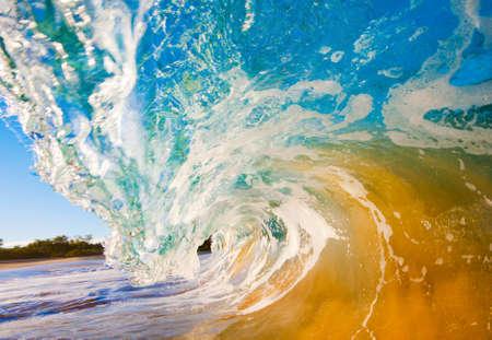 海の波がカメラの上にクラッシュを壊す