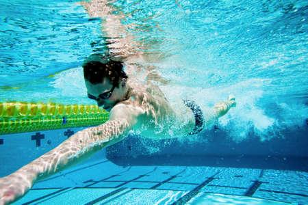 Nadador bajo el agua en piscina