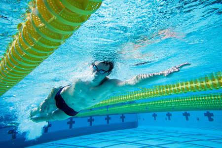 Schwimmer unter Wasser in Pool