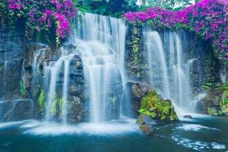 하와이에서 아름 다운 푸른 폭포