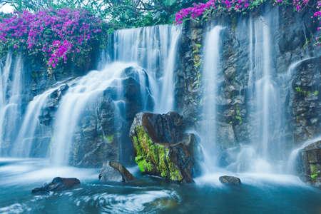 백내장: 하와이에서 아름 다운 푸른 폭포