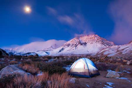 Acampar en las montañas Foto de archivo