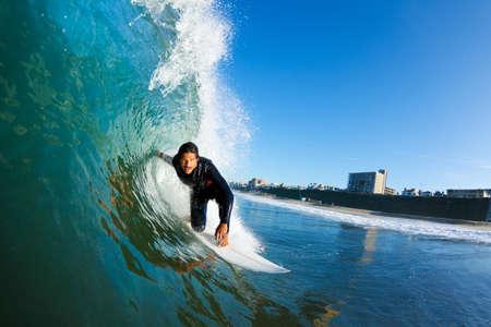 青い海の波、水の中から表示上のサーファー
