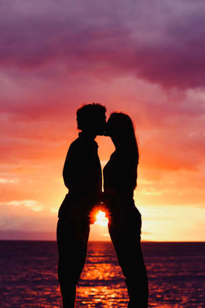 Silhouette of Young Romantic Couple at Sunset 版權商用圖片