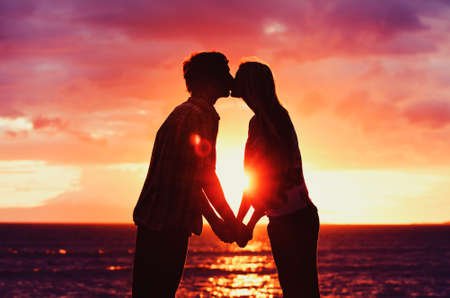 siluetas mujeres: Silueta de joven pareja rom�ntica en el Sunset