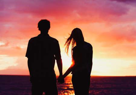 Silhouet van jonge Romantische bij zonsondergang Stockfoto